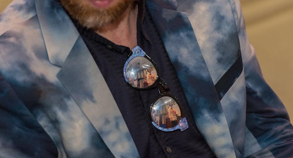 Мужчина в дизайнерском пиджаке