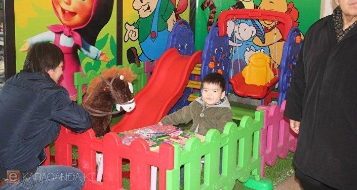 Детская площадка на ж/д вокзале в Караганде