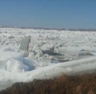 Ледоход на реке Иртыш в Восточном Казахстане