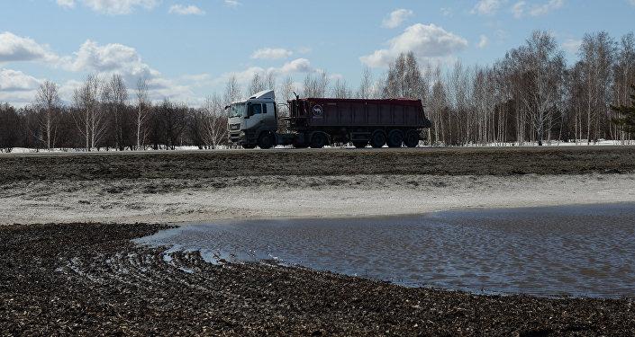 Снег и талые воды около автодороги, архивное фото