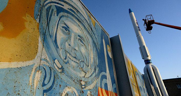 Настенная живопись с изображением Юрия Гагарина, первого человека в космосе, на космодроме Байконур в Казахстане
