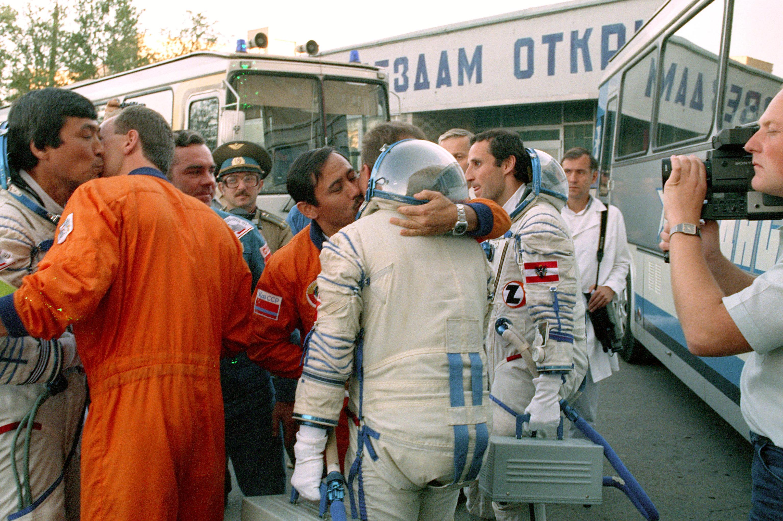 Прощание перед стартом космического корабля Союз ТМ-13, архивное фото