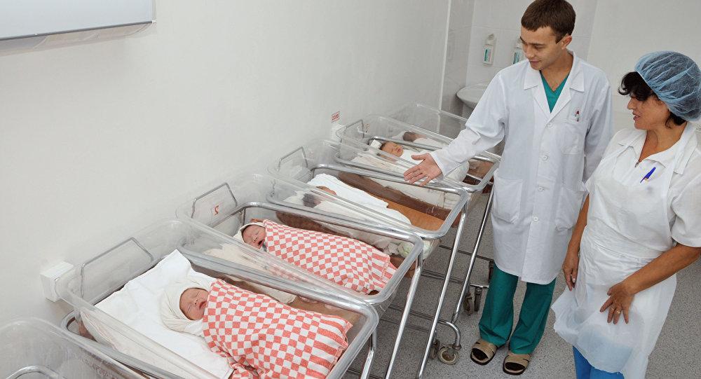 Архивное фото обхода врача в родильном отделении