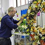 Флорист на выставке цветов