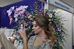 Девушка фотографируется во время выставки цветов