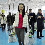 Покупательница во время выставки цветов
