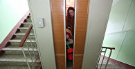 Анасы мен қызы лифт ішінде тұр
