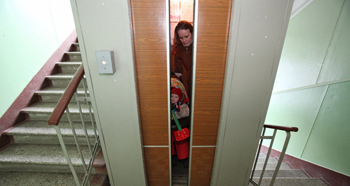 Работа лифта в одном из жилых домов, архивное фото
