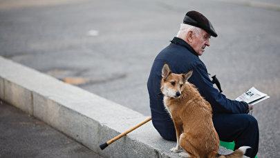 Архивное фото пожилого человека с собакой