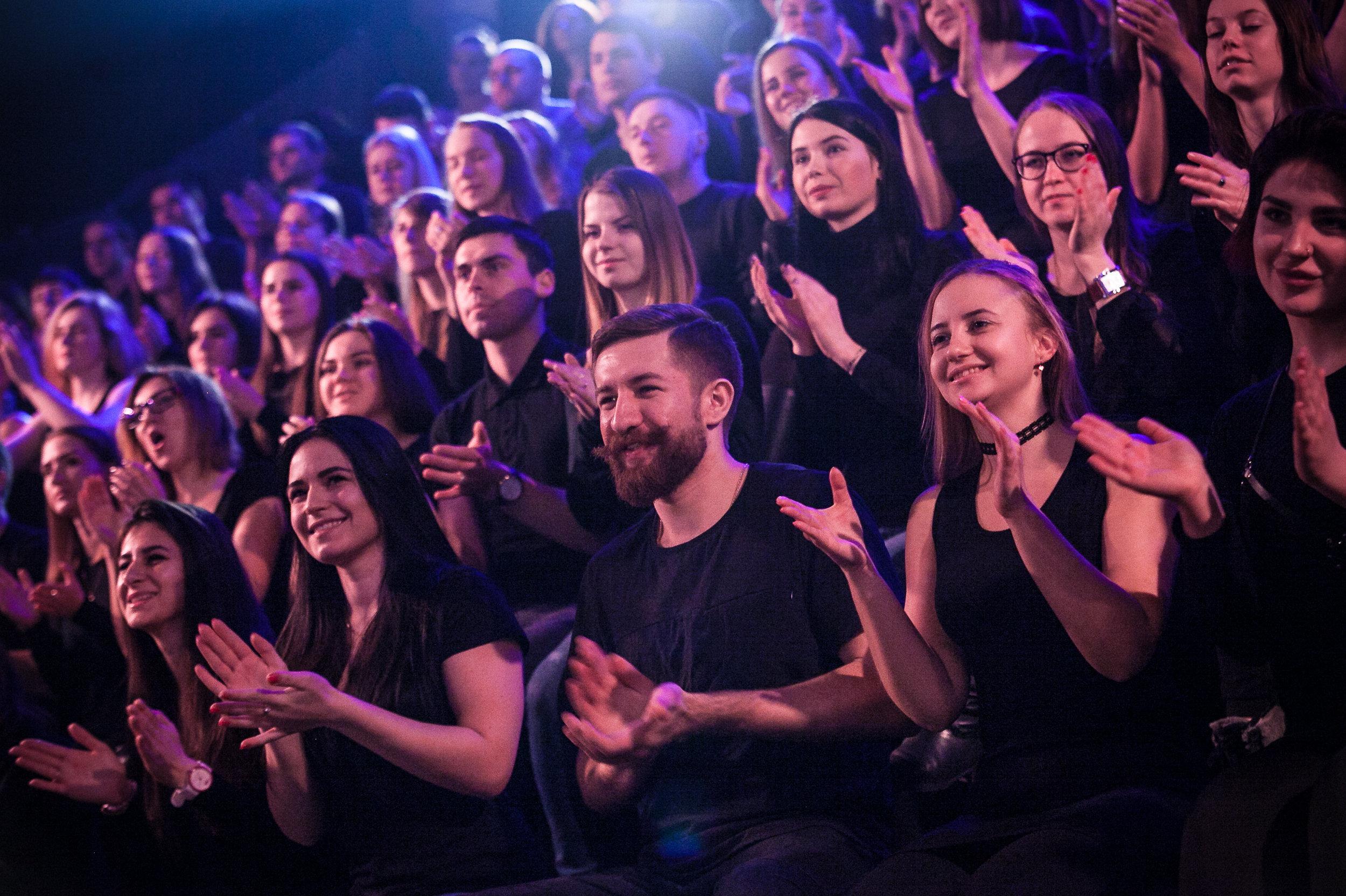 Зрители на съемках шоу Однажды в России соблюдают дресс-код