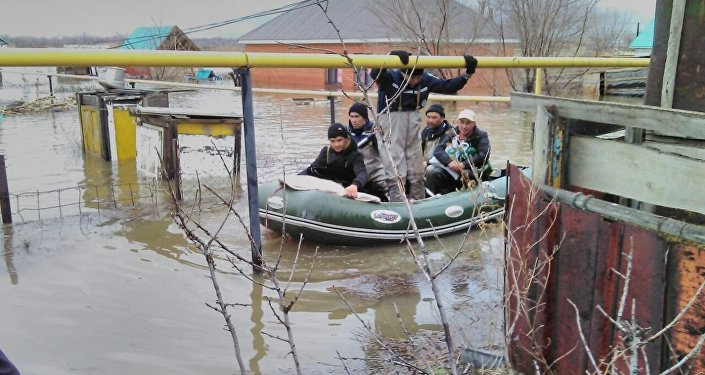 Эвакуация из зоны подтопления в Актобе