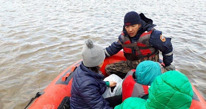Спасатели эвакуируют людей из Аршалинского района Акмолинской области
