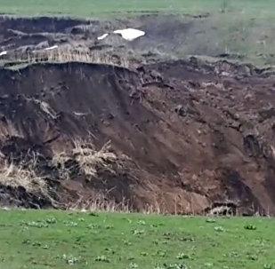 Cтрашное видео схода оползня в Узгене