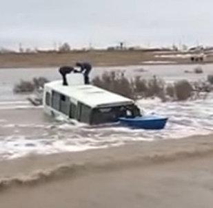 Автобус с людьми смыло водой