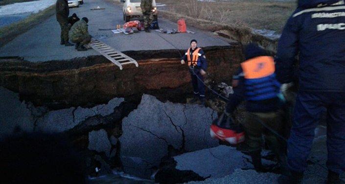 Спасатели вскрыли трассу для задержания талой воды в СКО