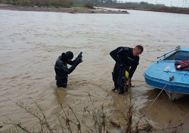 Водолазы ведут поиски утонувшего