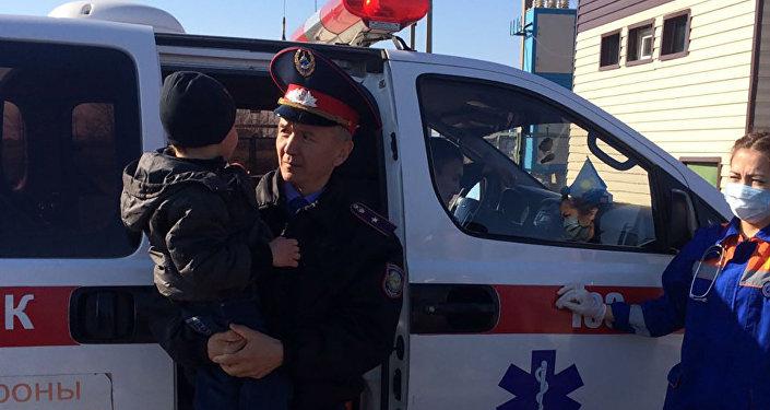 Мальчик на руках у сотрудника полиции