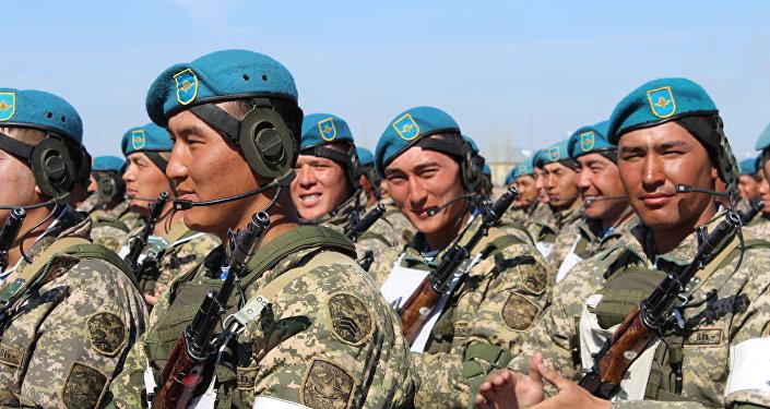 Архивное фото казахстанских военных