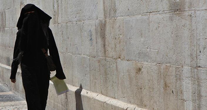 Девушка в хиджабе, архивное фото