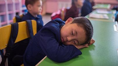 Архивное фото мальчика, спящего за партой