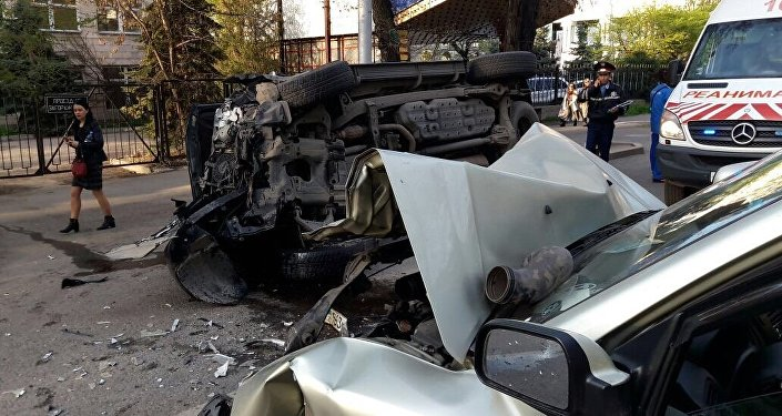 В Алматы столкнулись два внедорожника, три человека пострадали