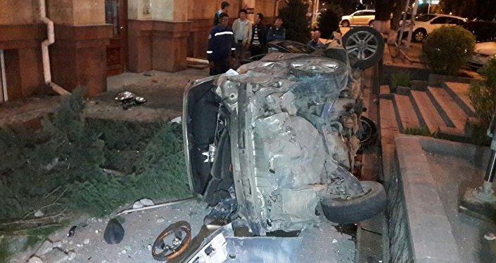 Два автомобиля столкнулись в Алматы на большой скорости