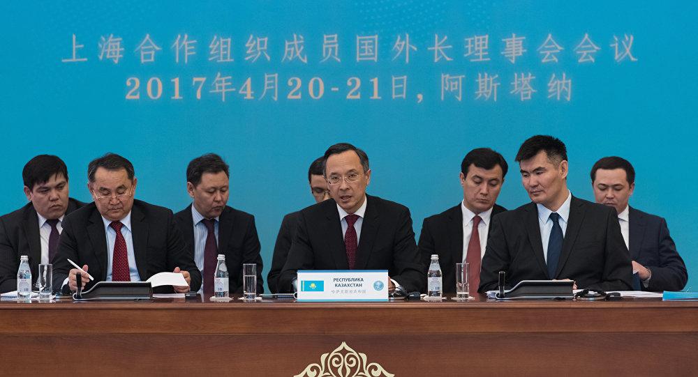 Кайрат Абдрахманов (в центре) во время заседания Совета министров иностранных дел государств-членов ШОС