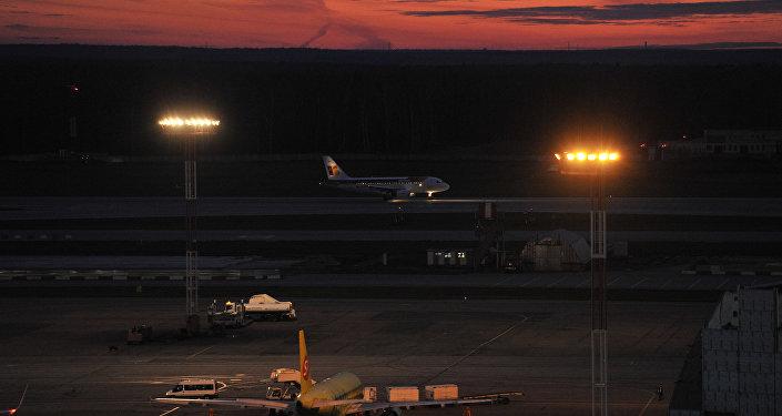 Вид на летное поле из командно-диспетчерского пункта аэропорта, архивное фото