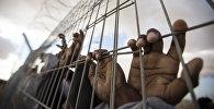Заключенные за колючей проволокой