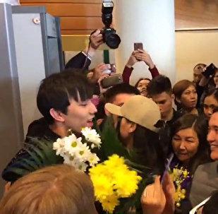 Как казахстанские фанаты встречали Димаша в аэропорту Астаны