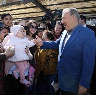 Глава государства ознакомился с деятельностью железнодорожного вокзала на правом берегу столицы и встретился с гостями и жителями города на привокзальной площади