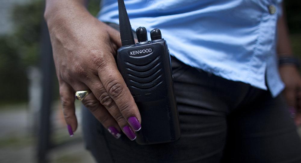 Женщина-полицейский с рацией