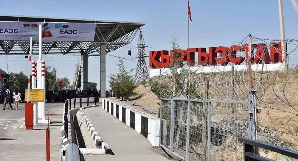 Архивное фото одного из контрольно-пропускных пунктов на границе Казахстана и Киргизии