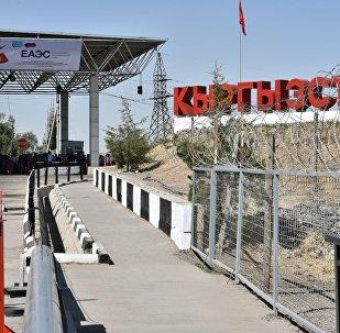Архивное фото одного из контрольно-пропускных пунктов на границе Казахстана и Кыргызстана