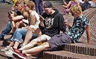 Подростки с мобильными телефонами