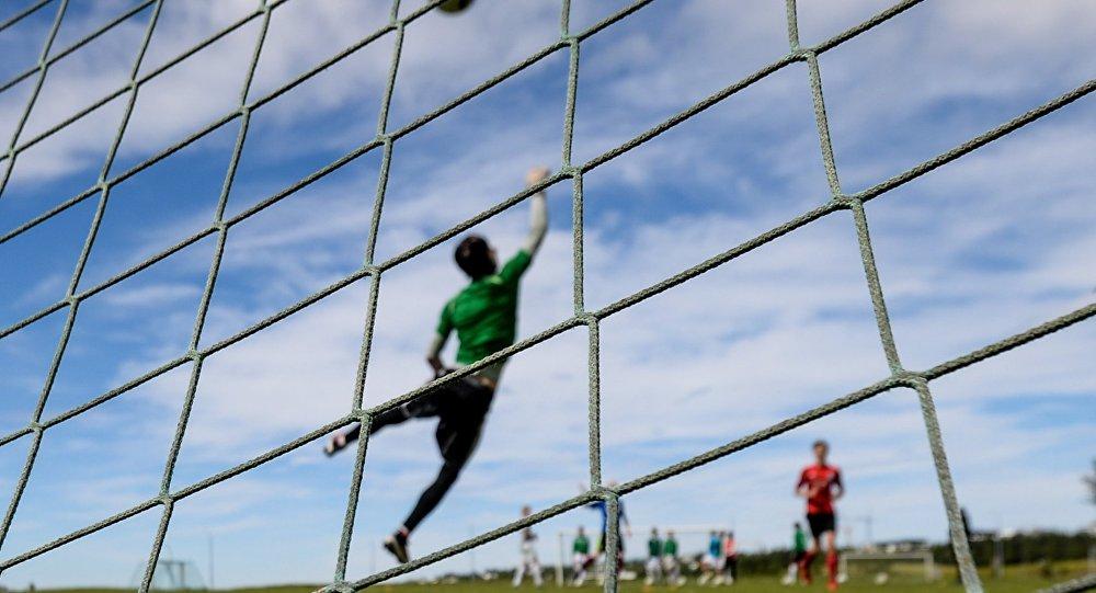 Архивное фото игры в футбол