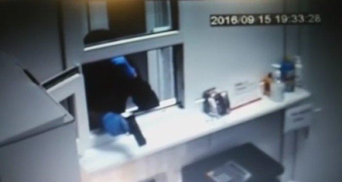 Нападение насупермаркет вТалгаре попало навидео: продавщица обезоружила преступника