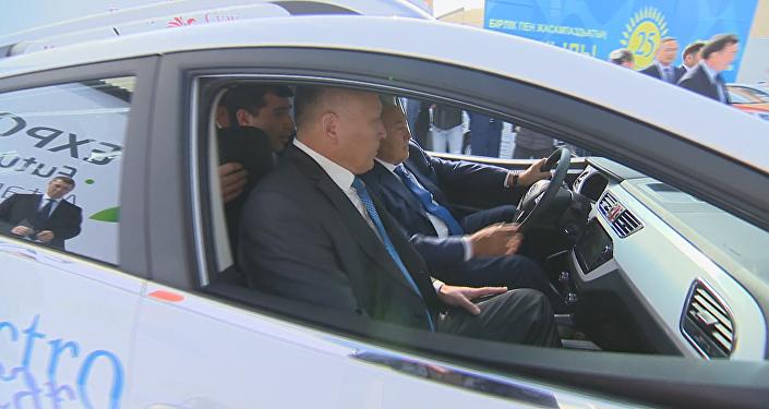 Нурсултан Назарбаев протестировал электромобиль казахстанской сборки в Костанае