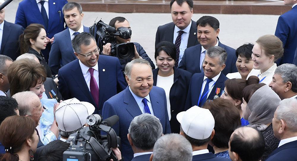 Нурсултан Назарбаев во время поездки в ЮКО