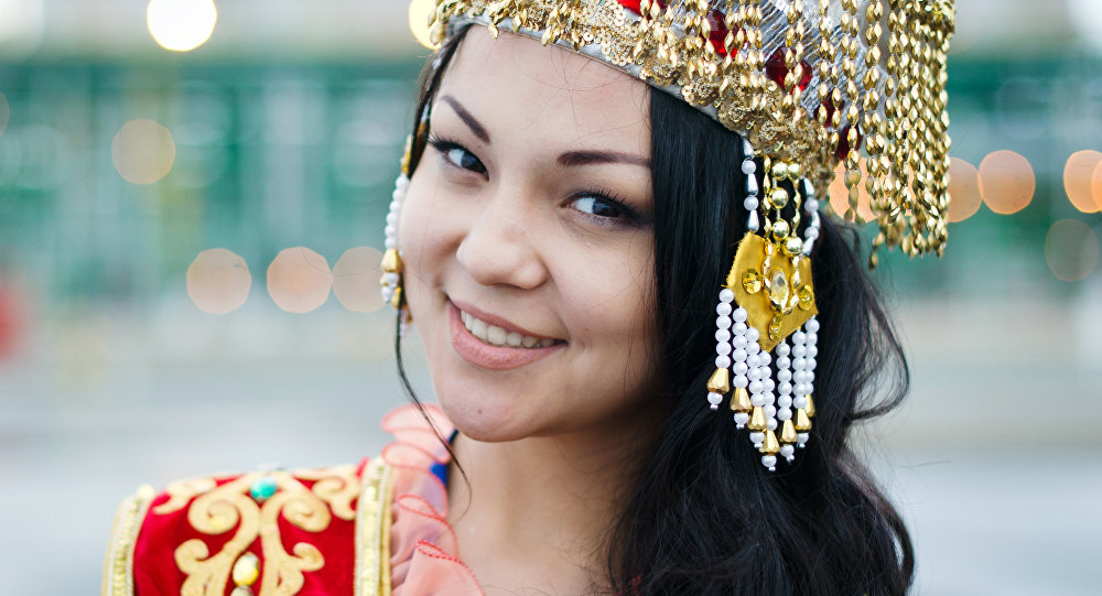 Девушка в казахском костюме