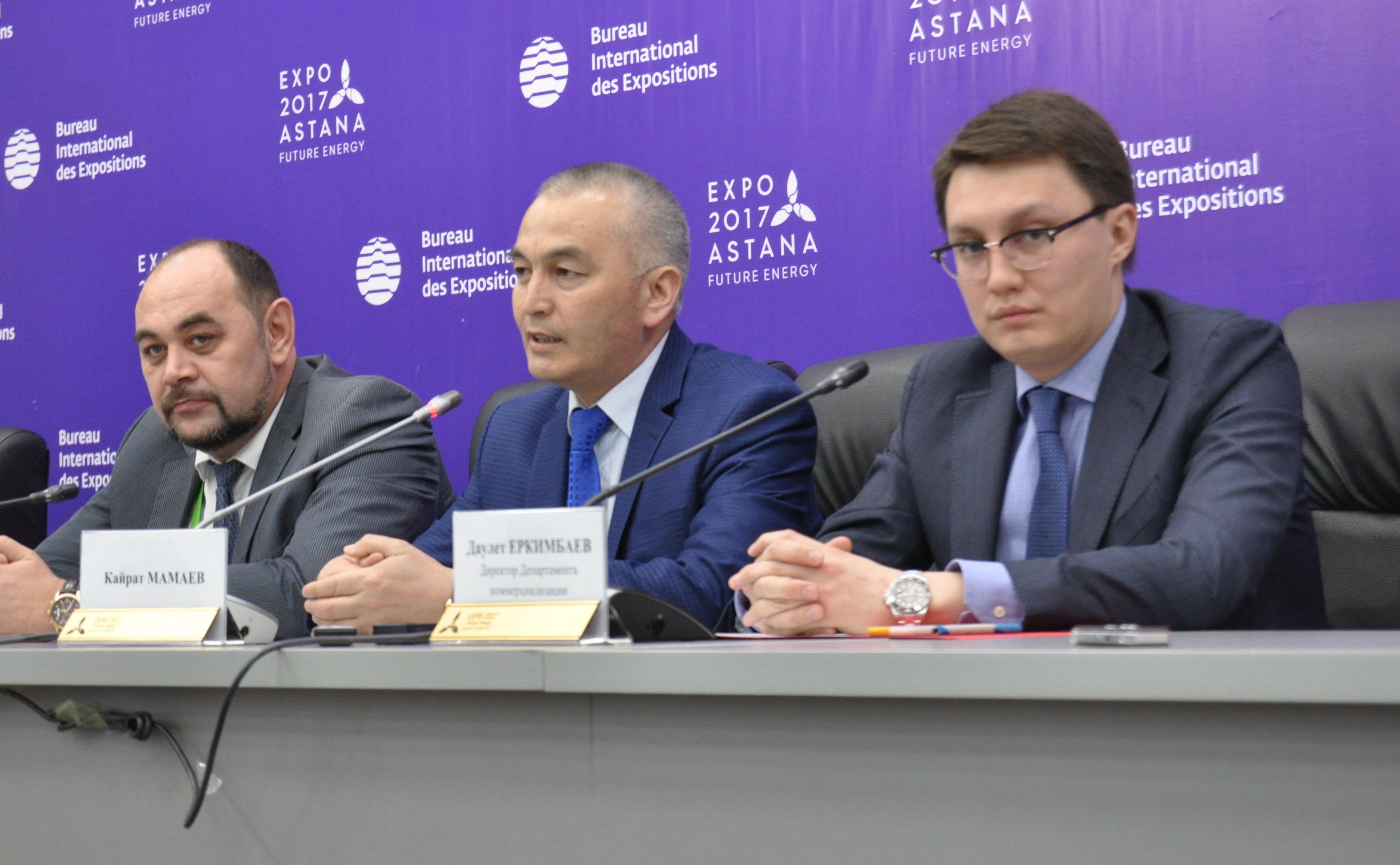 Миллионный покупатель билетов ЭКСПО Кайрат Мамаев (в центре)