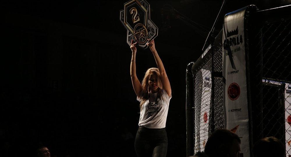 Ring girl на чемпионате по ММА