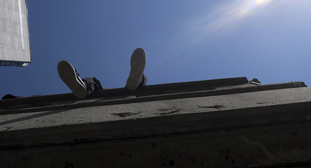 Человек, сидящий на крыше
