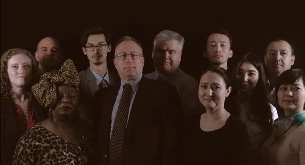 Сотрудники посольства США поют гимн Казахстана