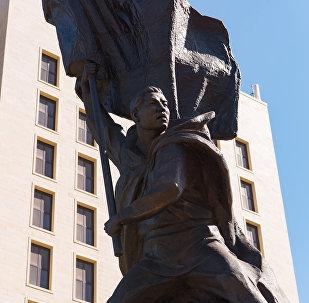 Астанадағы Рақымжан Қошқарбаевтың ескерткіші
