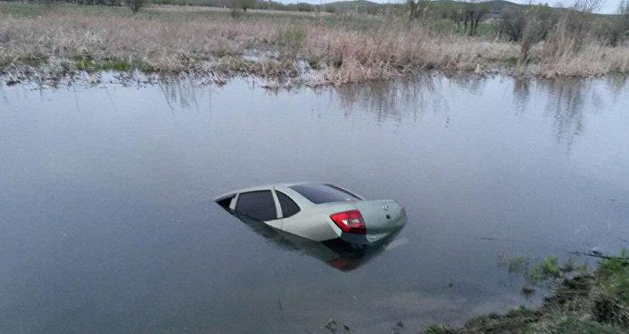 Затонувший в водоеме ВКО автомобиль