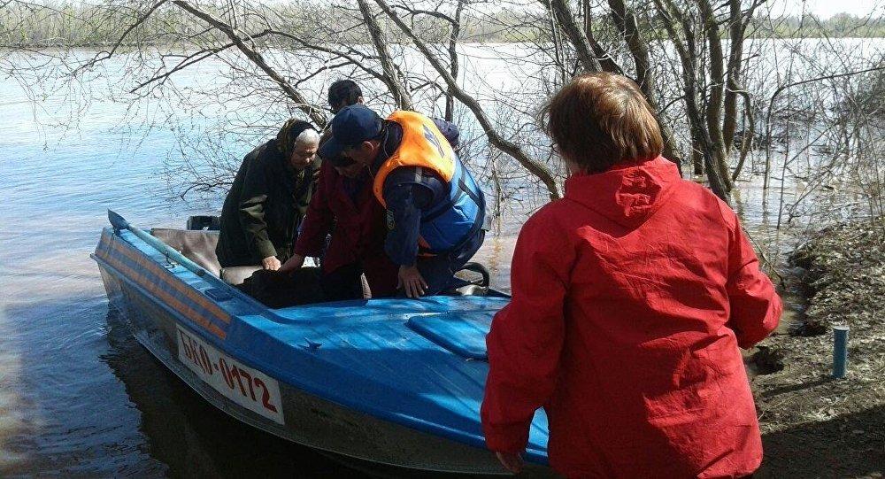 Эвакуация пассажиров на лодке из сломанной баржи в Уральске