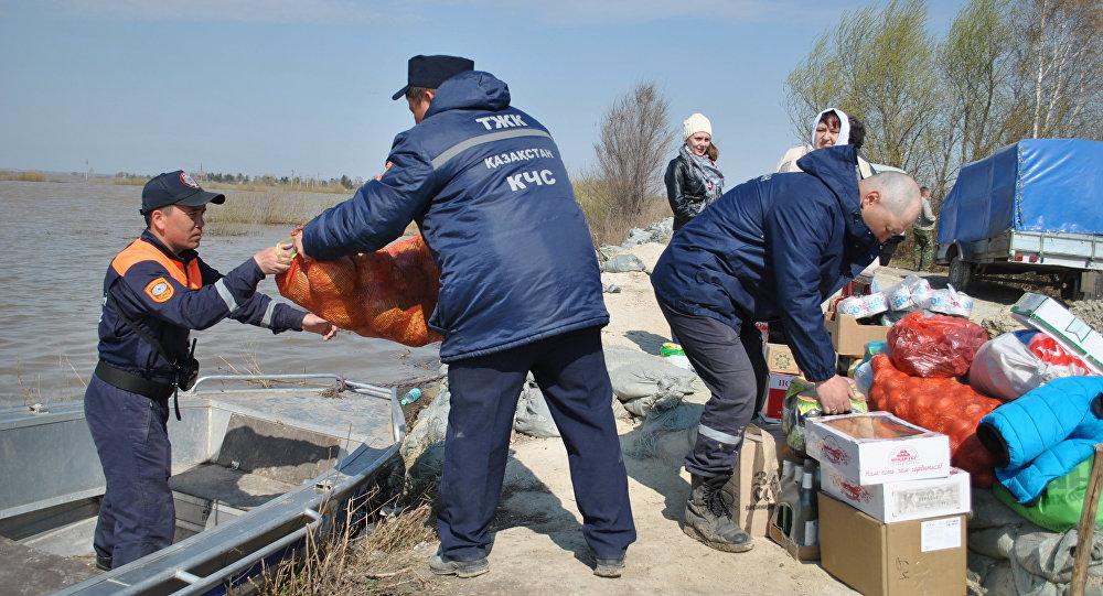 Спасатели эвакуируют жителей из подтопленных поселков в СКО