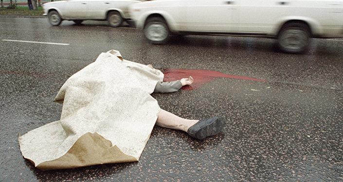 Тело погибшего человека лежит на дороге, архивное фото