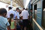 Люди на перроне алматинского вокзала